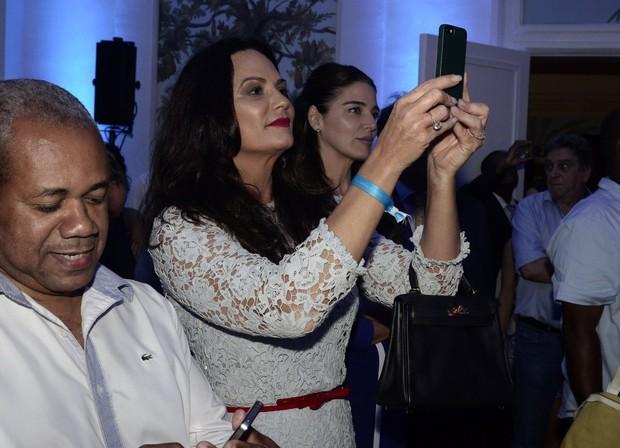 Luiza Brunet faz fotos do show de Roberto Carlos (Foto: Roberto Teixeira/ EGO)