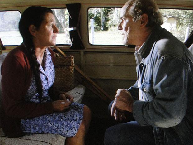 Angélica conta sua história a Laudelino (Foto: Amor Eterno Amor/TV Globo)