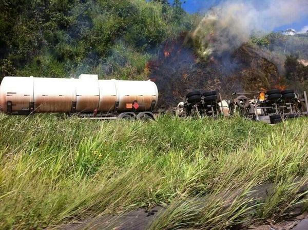 Caminhão com combustível tomba e pega fogo em Moreno na manhã desta sexta-feira (1º) (Foto: Divulgação/Twitter PRF)