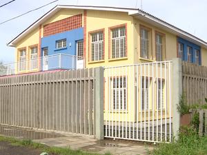 Creche pronta e fechada há oito meses mães no bairro Lami, em Porto Alegre  (Foto: Reprodução/RBS TV)