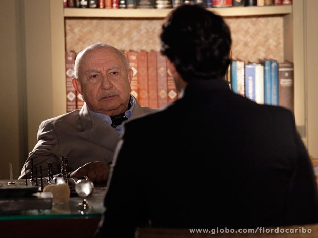Dionísio cobra uma resposta de Hélio (Foto: Flor do Caribe / TV Globo)