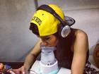 Prepara! Anitta faz inalação antes de  show no Rio e mostra novo celular