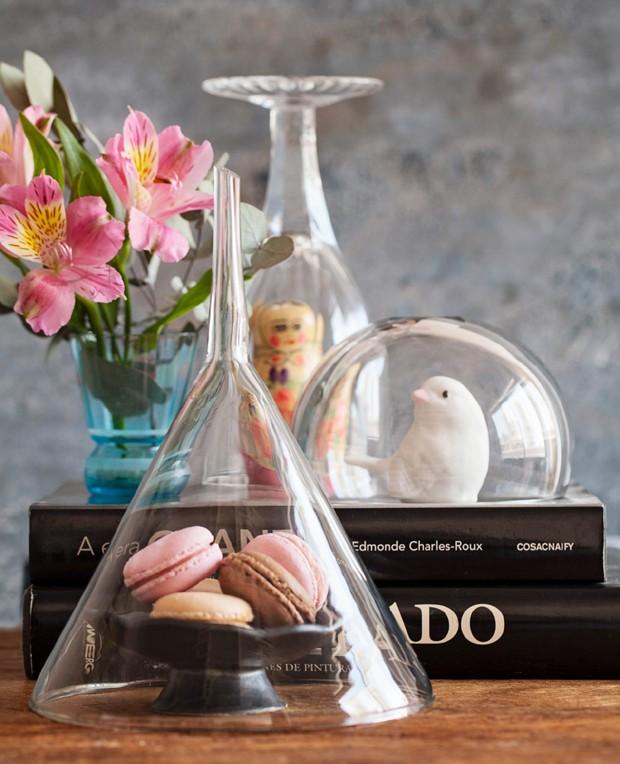 Taça, bowl e até um funil de vidro, usados como cúpula, dão um ar especial a objetos triviais (Foto: Elisa Correa / Editora Globo)