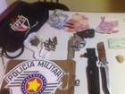 Casal preso por tráfico escondia revólver em bolsa de time de futebol