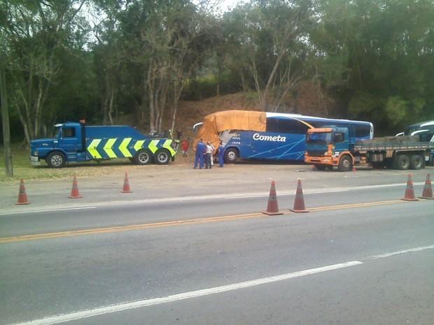Batida foi entre caminhão e ônibus na BR-393 (Foto: Raphael Fernandes/Arquivo Pessoal)