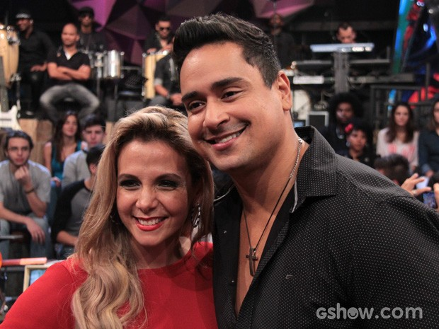 Carla Perez e Xanddy posam para fotos no intervalo da gravação (Foto: TV Globo/Altas Horas)