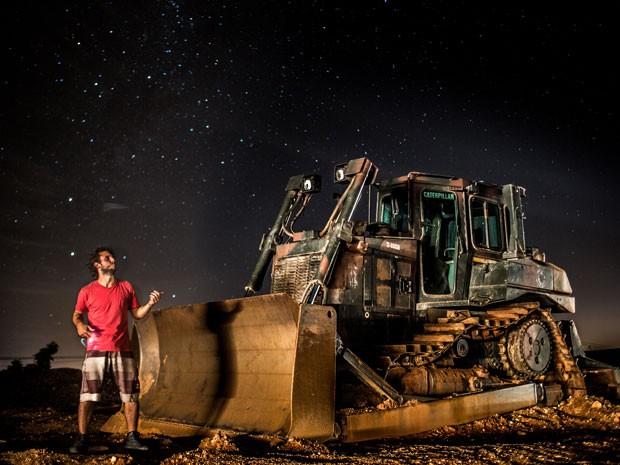 Leonardo com um trator que encontrou uma noite que teve que caminhar por mais de 3 horas na estrada (Foto: Leonardo Maceira/Arquivo pessoal)