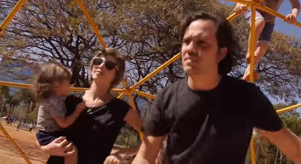 """Hilan e Luiza gravaram a versão """"Dez Parquitos"""" (Foto: Reprodução/ Youtube)"""