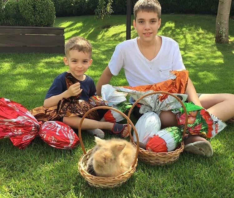 Ana Hickmann comemora a Páscoa com o filho, Alexandre, e o sobrinho (Foto: Instagram/Reprodução)
