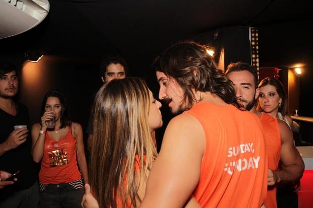 Fernanda Paes Leme e o namorado em Salvador (Foto: Marcelo Brammer / AgNews)