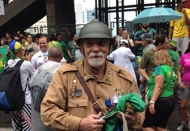 William Mascarenhas, de 65 anos, foi de Belém para São Paulo. É representante da Associação dos Veteranos da Revolução de 1932 (Foto: Nina Finco/ÉPOCA)
