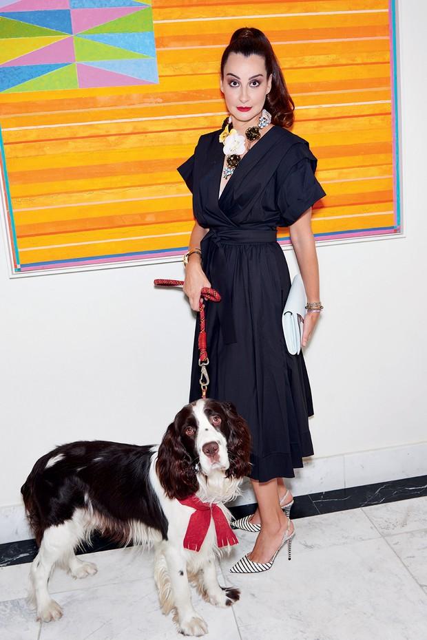 Nora posa ao lado do cão Harry com vestido Luisa Farani, pulseira e colar Bimba Y Lola e sapatos Jimmy Choo. Atrás, obra de Gonçalo Ivo (Foto: Thiago Justo)