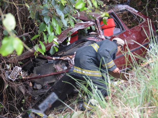 Veículo seguia para o Centro quando ficou sem controle e caiu em barranco, em João Pessoa (Foto: Walter Paparazzo/G1)