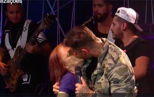 Lucas Lucco dá selinho em senhora durante o Música Boa Ao Vivo