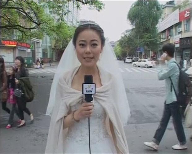 Chen Ying apresentou vestida de noiva as notícias sobre o terremoto que atingiu Ya'an (Foto: Ya'an TV/Reuters )