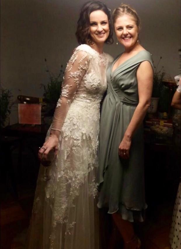 Carolina Kasting e a estilista Carol Nasser, responsável por seu vestido de noiva (Foto: Reprodução/Instagram)