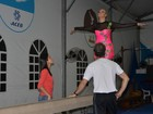 Carla Perez tem dia de ginasta em gravação