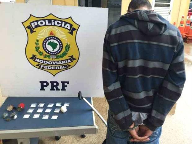 Homem preso em õnibus interestadual que passava pelo DF; na mochila, polícia encontrou cocaína e maconha (Foto: PRF/Divulgação)