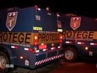Grupo tenta roubar carros-fortes mas capota e foge com viatura policial