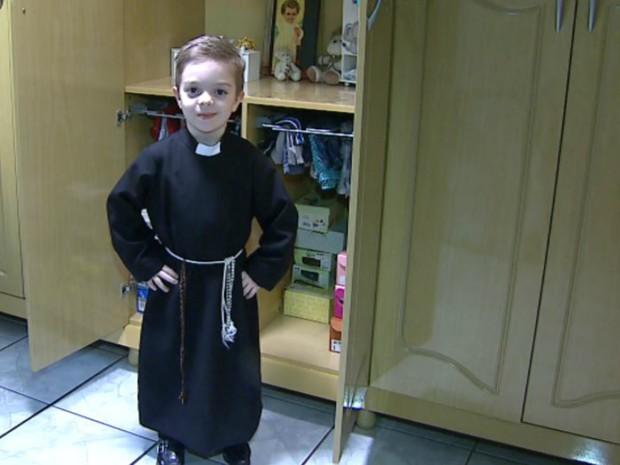 Felipe pediu para mãe confeccionar uma batina semelhante a do Padre Robson. (Foto: Chico Escolano/EPTV)