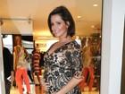 Deborah Secco vai a evento em São Paulo e exibe barriguinha de grávida