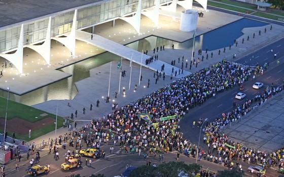 Manifestantes fazem protesto contra a nomeação do ex-presidente Luiz Inácio Lula da Silva   para o Ministério da Casa Civil e exibem faixa em apoio ao juiz Sérgio Moro na frente ao   Palácio do Planalto, em Brasília (Foto: DIDA SAMPAIO/ /ESTADÃO CONTEÚDO)