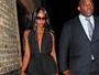 Naomi Campbell usa roupa decotada e curtinha para badalar