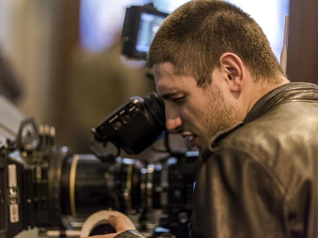 Daniel se interessa pela câmera (Foto: Paulo Belotte/TV Globo)