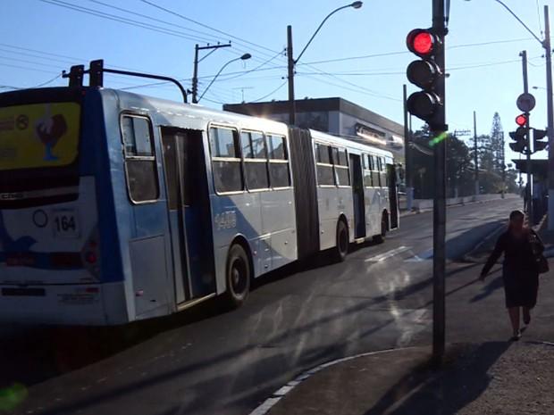 Ônibus do transporte de Campinas passa no sinal vermelho (Foto: Reprodução EPTV)
