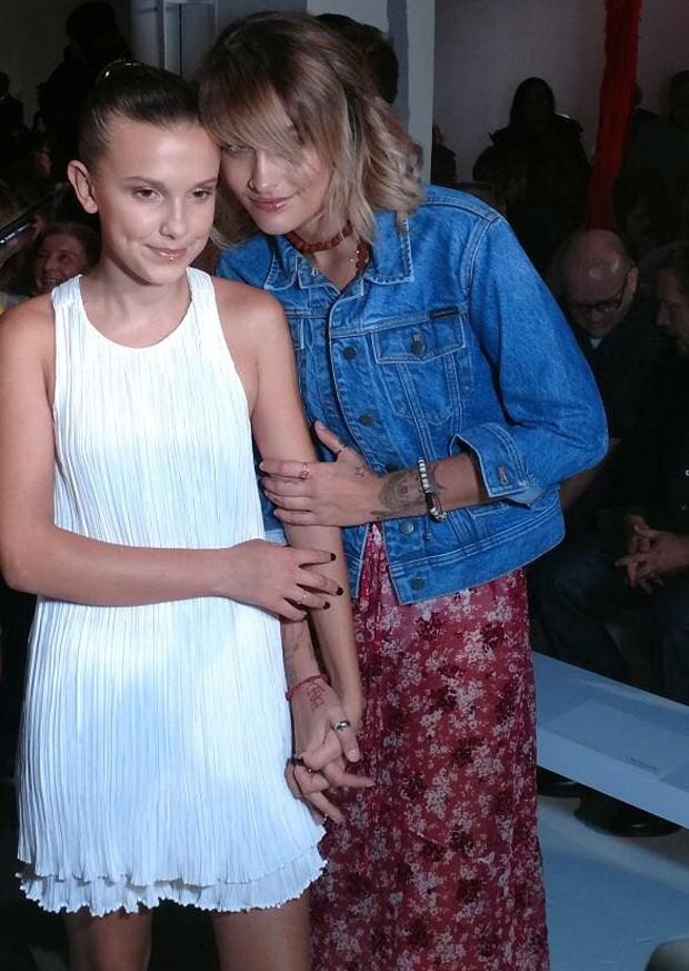 Millie Bobby Brown e Paris Jackson na fila A de Calvin Klein (Foto: Marie Claire)