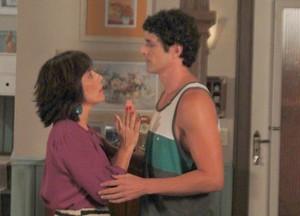 Nando fica deseperado pois acha que Roberta vai terminar tudo  (Foto: Guerra dos Sexos / TV Globo)