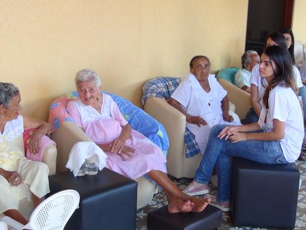 Idosas ficaram felizes com visita de voluntários, a segunda realizada este ano (Foto: Nívio Dorta/G1)