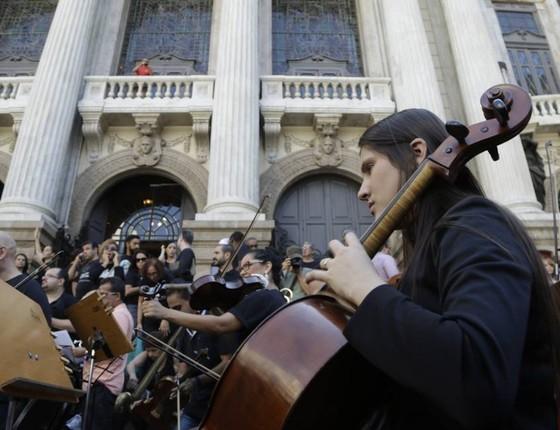 Os músicos da orquestra também participaram do protesto nas escadarias do teatro (Foto: Agência O Globo)