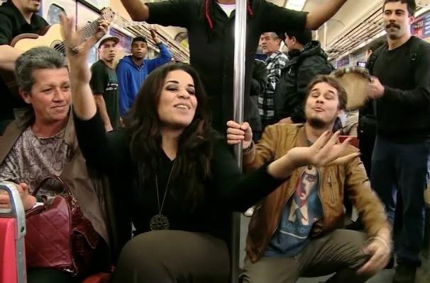 Ana Lonardi e Gabriel Levan animaram a viagem dos passageiros do trem da Região Metropolitana de Porto Alegre (Foto: Reprodução/RBS TV)