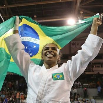 Érika Miranda ergue bandeira do Brasil para celebrar o ouro (Foto: Estadão Conteúdo)