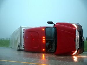 Caminhões tombaram na estrada onde o tornado passou (Foto: AP Photo/Omaha World-Herald, Chris Machian)