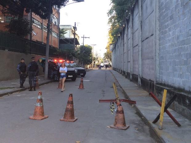 Batalhão de Choque isola um trecho da rua onde fica a Unidade Prisional da Polícia Militar (Foto: Káthia Mello / G1)