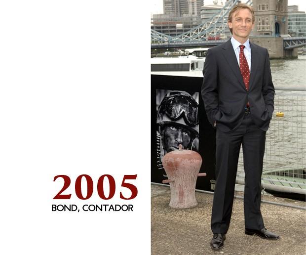 Finalmente, Craig é Bond em sua apresentação para o público. No entanto, o vestuário está mais para um contador do que para um agente do MI6 (Foto: GQ)