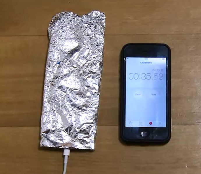 Usar papel alumínio ajuda a carregar o celular mais rápido? Testamos! Assista (Foto: Reprodução)