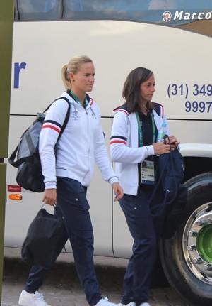 Jogadoras da França embarcam para primeiro treino em Belo Horizonte (Foto: Maurício Paulucci)