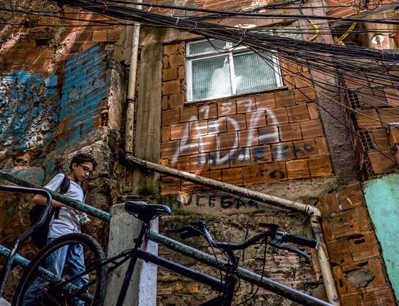 Casa pichada com referência a Rogério 157 e á  ADA,facção que domina o  orro (Foto:  Ana Carolina Fernandes/ÉPOCA)