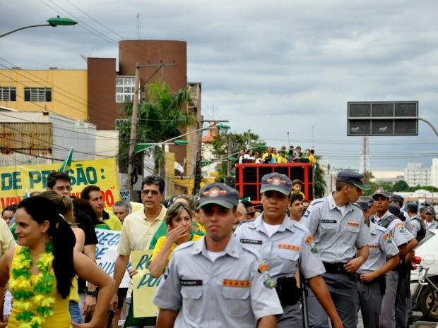 Manifestação foi toda acompanhada por policiais militares em Cuiabá. Não houve ocorrências. (Foto: Carlos Palmeira / G1)