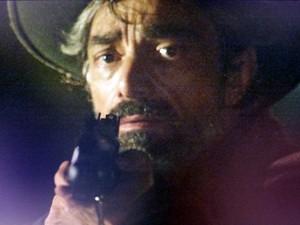 O homem aponta uma arma para Zé (Foto: Gshow)