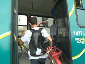 Ônibus tem espaço para 17 biclicetas e vai transitar entre Vitória e Vila Velha.  (Foto: Reprodução/TV Gazeta)