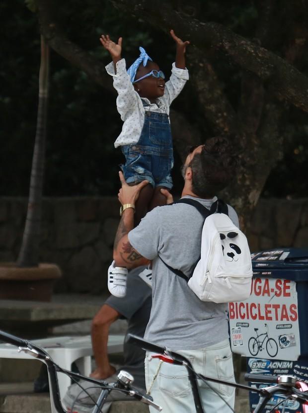 Bruno Gagliasso brincando com a filha, Titi (Foto: Arquivo Pessoal)