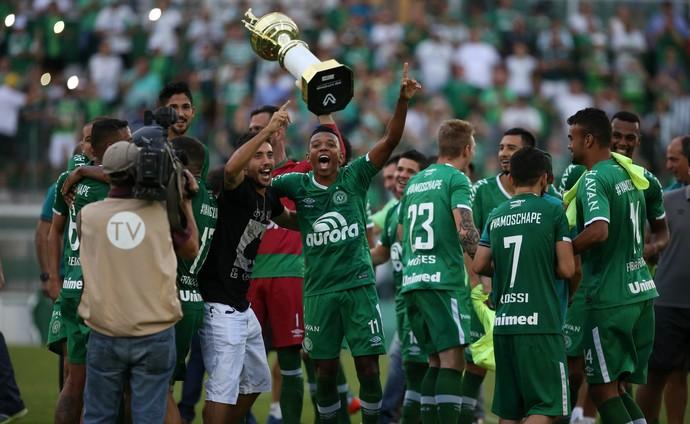 Chapecoense se complica na Libertadores; Santos continua líder