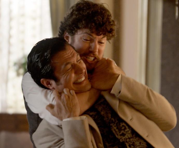 Afonso ataca Roberto pelas costas (Foto: TV Globo)
