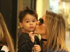 Fernanda Pontes dá show de fofura durante passeio com o filho caçula