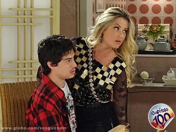 Brunettý e Jonas estão na maior pegação na sala de casa (Foto: Sangue Bom / TV Globo)