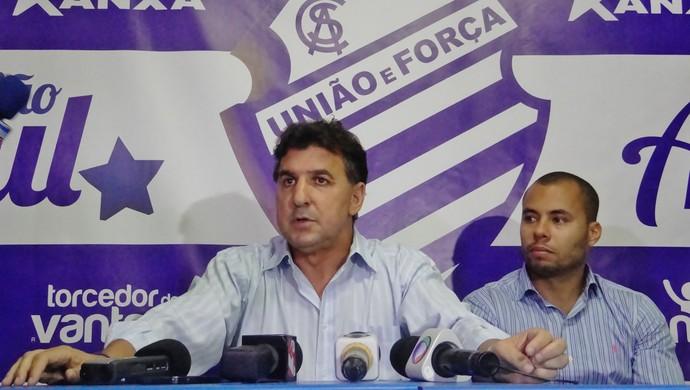 Estevam Soares concede estrevista coletiva na sua apresentação ao CSA (Foto: Henrique Pereira/ GloboEsporte.com)
